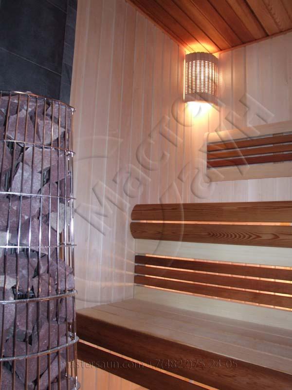 sauna-so-stenkoj-iz-dekorativnogo-kamnya-i-tochechnoj-podsvetkoj-pechki-1