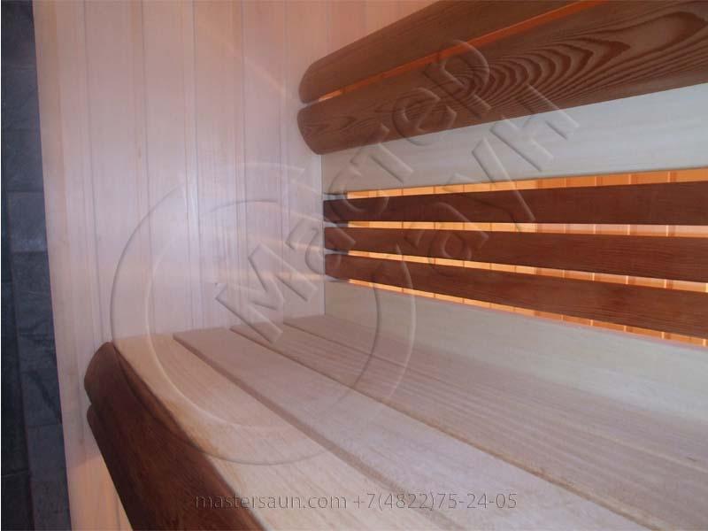 sauna-so-stenkoj-iz-dekorativnogo-kamnya-i-tochechnoj-podsvetkoj-pechki-12