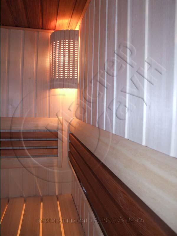 sauna-so-stenkoj-iz-dekorativnogo-kamnya-i-tochechnoj-podsvetkoj-pechki-16