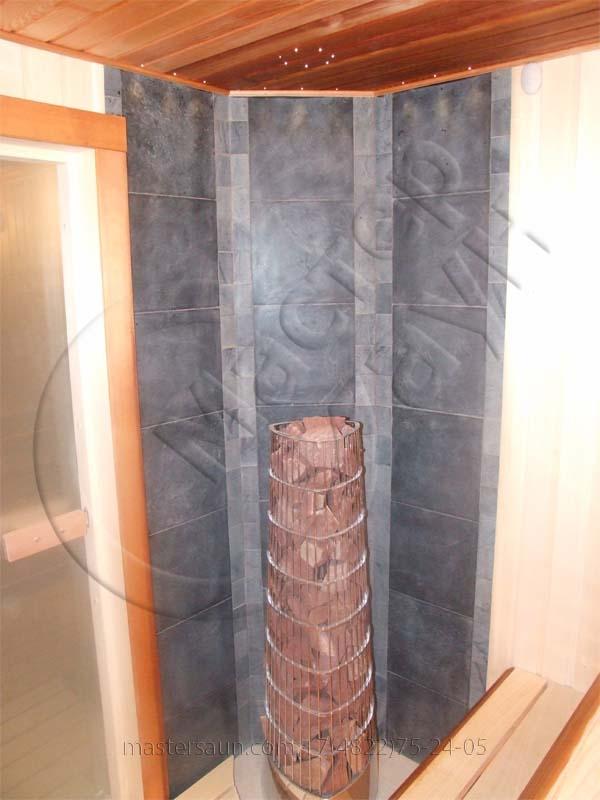 sauna-so-stenkoj-iz-dekorativnogo-kamnya-i-tochechnoj-podsvetkoj-pechki-3